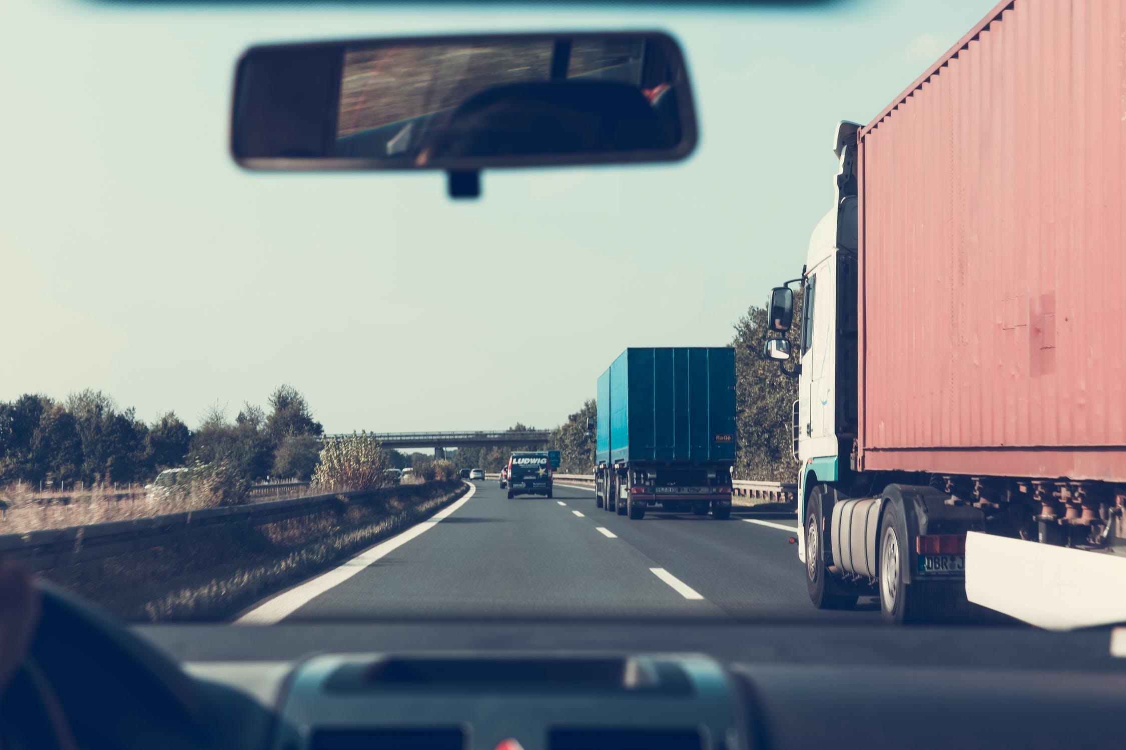 lastbilsdäck på lastbilar längst vägen
